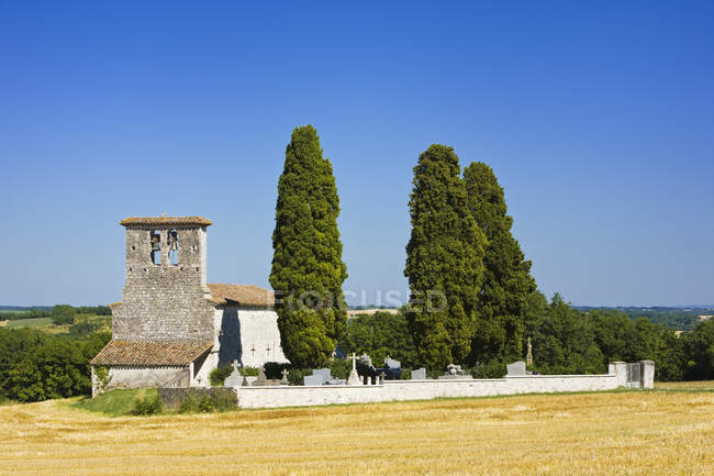 Сельская часовня и кипарисы в Монтеайгу-де-Керси, Тарн и Гаронна, южная Франция, Европа — стоковое фото