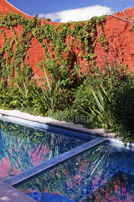 Garden pool and hot tub in hotel, San Miguel de Allende, Guanajuato, Mexico — стокове фото