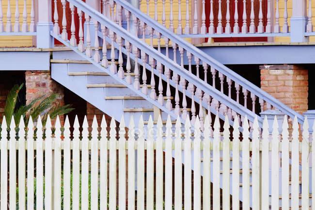 Лестницы и белый забор из кирпичного здания — стоковое фото