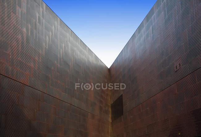 Esquina del edificio en vista de ángulo bajo, San Francisco, California, Estados Unidos - foto de stock