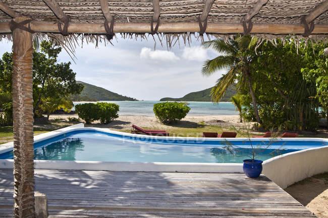 Deck coberto e piscina de imersão, Yaqeta Island, Fiji — Fotografia de Stock