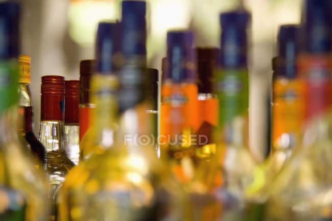 Gros plan sur diverses bouteilles d'alcool à Shanghai, Chine — Photo de stock