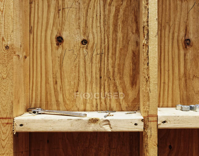 Строительные инструменты на деревянных полках, крупным планом — стоковое фото