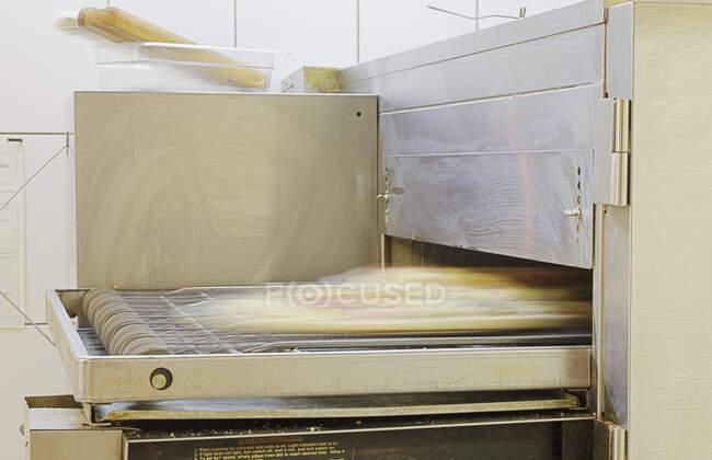 Pizza fabbricazione forno, primo piano vista — Foto stock