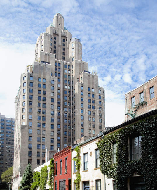 Gratte-ciel dominant les immeubles d'appartements, New York, New York, États-Unis — Photo de stock