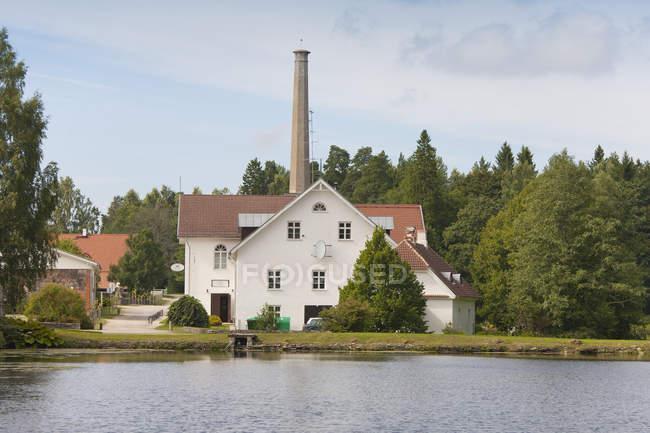 Bâtiment avec la grande cheminée de Palmse Manor, Palmse, Estonie — Photo de stock