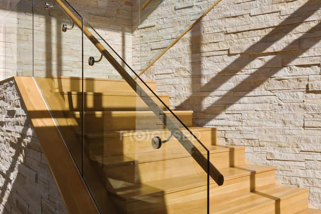 Висококласна дерев'яна сходи в будинку в сонячному світлі — стокове фото