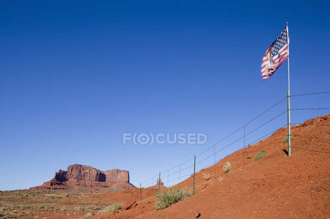 Us Flag en el desierto de Monument Valley, Arizona, Usa - foto de stock