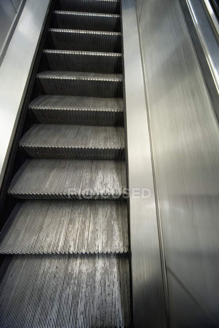 Escalier s'escalier roulant moderne dans le bâtiment urbain de Londres, Royaume-Uni — Photo de stock