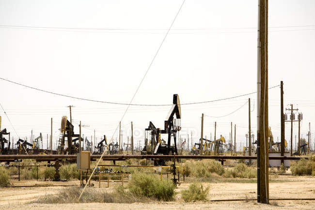 Oil rigs at production site, Lebec, Mojave Desert, California, USA — Stock Photo
