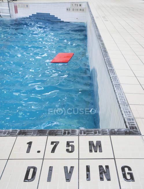 Piscine publique intérieure avec flotteur sur l'eau — Photo de stock