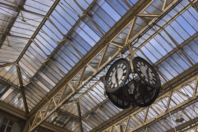 Годинники в станції Ватерлоо, Лондон, Великобританія — стокове фото