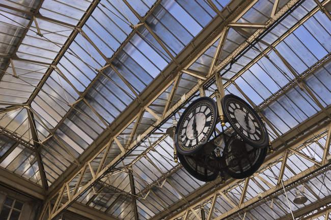 Horloge dans la gare de Waterloo, Londres, Royaume-Uni — Photo de stock