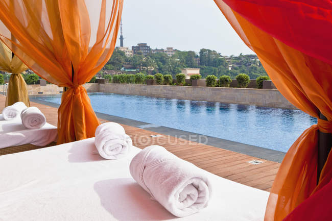 Luxury pool and beds with rolled blankets in Panjim, Goa, India — Stock Photo
