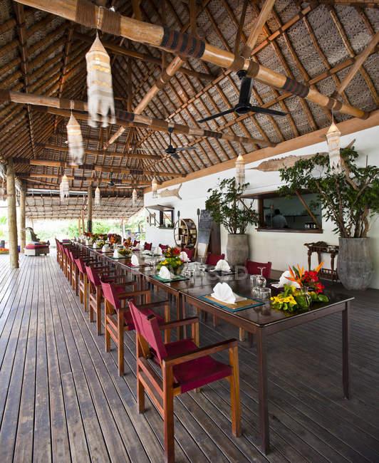 Open air restaurant dining, Yaqeta Island, Fiji — Stock Photo