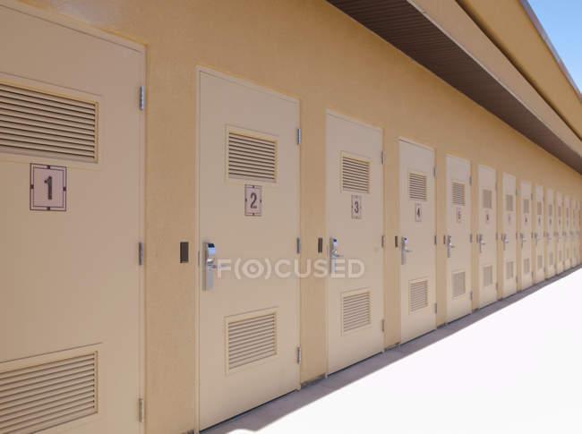 Fila de puertas del edificio de almacenamiento, Utah, St George, Estados Unidos - foto de stock