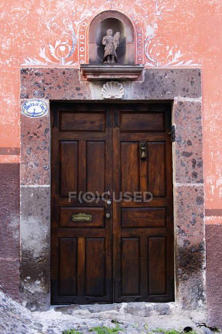 Дверний отвір в будівництві фасаду, Сан-Мігель-де-Альєнде, Гуанахуато, Мексика — стокове фото