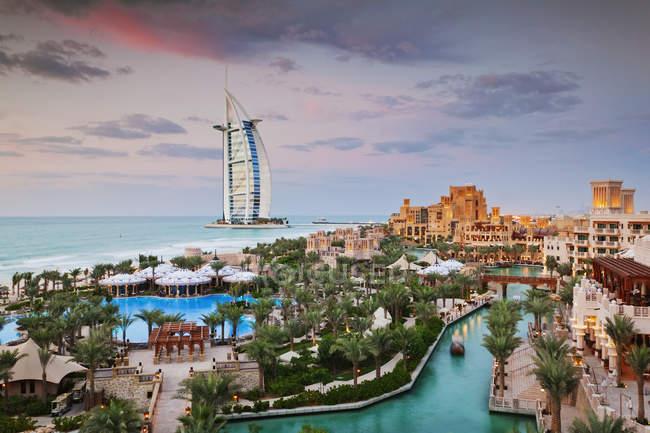 Отель Burj al Arab и курорт Мадинат Джумейра в Дубае, Объединенные Арабские Эмираты — стоковое фото