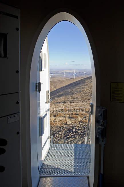 Vue de la porte ouverte dans la construction d'éoliennes sur le terrain — Photo de stock