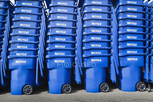 Escaninhos de lixo azuis empilhados, Seattle, Washington, Estados Unidos — Fotografia de Stock