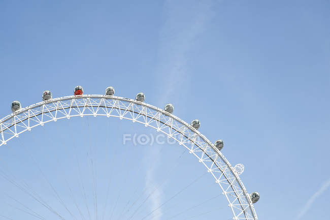 London Eye wheel against blue sky, London, England, United Kingdom — стоковое фото