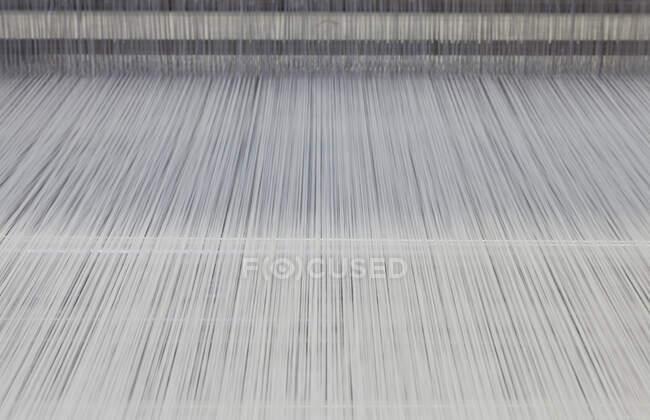 Filettature in un telaio industriale, Nikologory, Russia — Foto stock