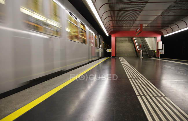 Empty platform and moving train at subway station, Vienna, Austria — стоковое фото