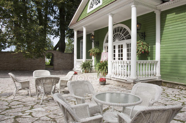 Seating area outside residence of Palmse Manor, Palmse, Estonia — Stock Photo
