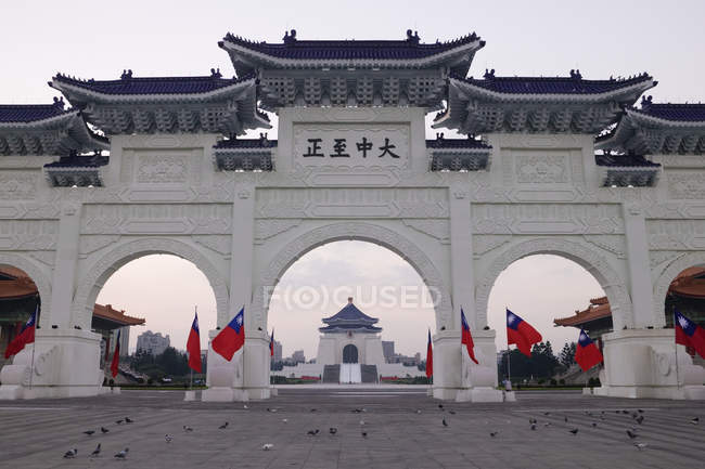 Gateway to Chiang Kai-shek Memorial Hall with pigeons on square, Taipei, Taiwan — стоковое фото