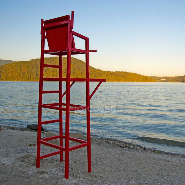 Chaise de sauveteur à la plage au coucher du soleil, Vancouver, Colombie-Britannique, Canada — Photo de stock