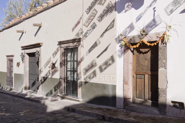 Прапорів тіні, відлиті на будівництві фасаду, Сан-Міґель-де-Альєнде, Гуанахуато, Мексика — стокове фото