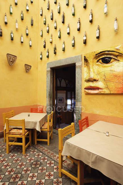 Прикрашений інтер'єр ресторану з декором пляшки вина, Сан-Мігель-де-Альєнде, Гуанахуато, Мексика — стокове фото