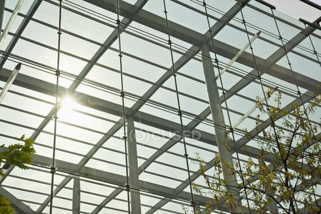 Dettaglio moderno della struttura architettonica nella vista di angolo basso, Londra, Inghilterra, Regno Unito — Foto stock