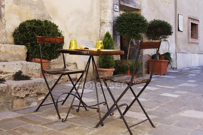 Mesa e cadeiras exteriores tradicionais do café, Bagno Vignoni, Toscânia, Italy — Fotografia de Stock