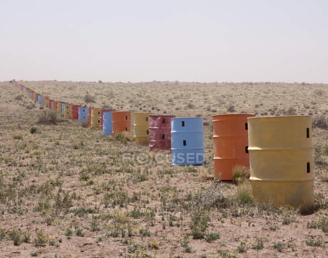 Colorida fila de barriles en el desierto de Arizona, Usa - foto de stock