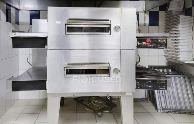 Forno de pizza na moderna cozinha do restaurante — Fotografia de Stock