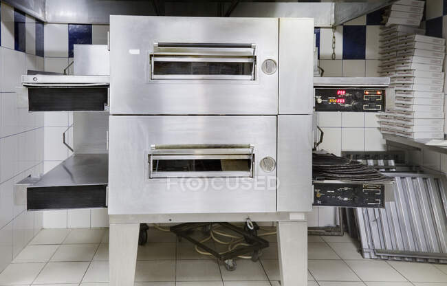Horno de pizza en la cocina moderna de restaurante. - foto de stock