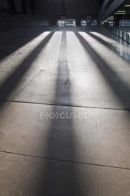 Grande salle avec des ombres dans le bâtiment urbain de Londres, Royaume-Uni — Photo de stock
