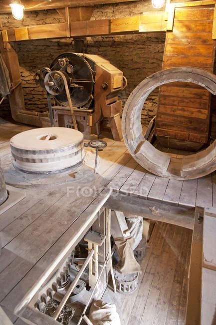 Antiguo molino de viento interior con equipo vintage en Seidla, Estonia - foto de stock