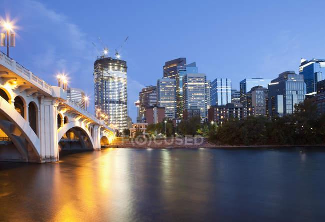 Center Street Bridge und Calgary Skyline in der Abenddämmerung mit hohen Gebäuden im Bau, alberta, Kanada — Stockfoto