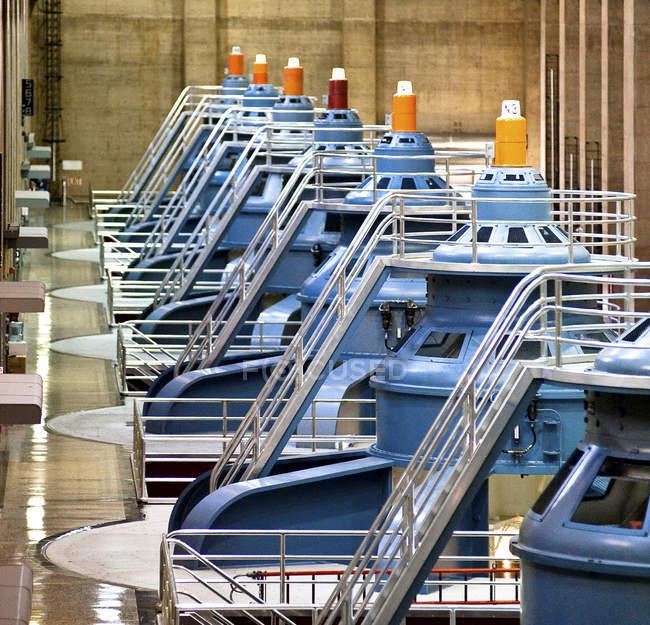 Ряд великих турбін в промисловій греблі, гребля Гувера, Невада, Сполучені Штати — стокове фото