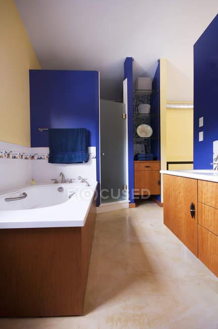 Intérieur coloré de salle de bains à Vancouver, Colombie-Britannique, Canada — Photo de stock