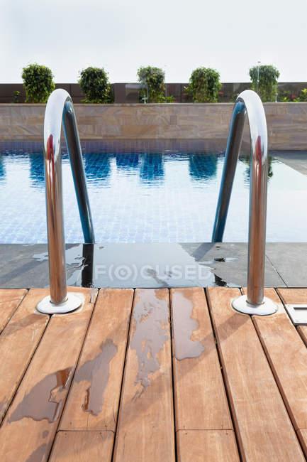 Piscina Resort con pavimento in legno e ringhiere — Foto stock