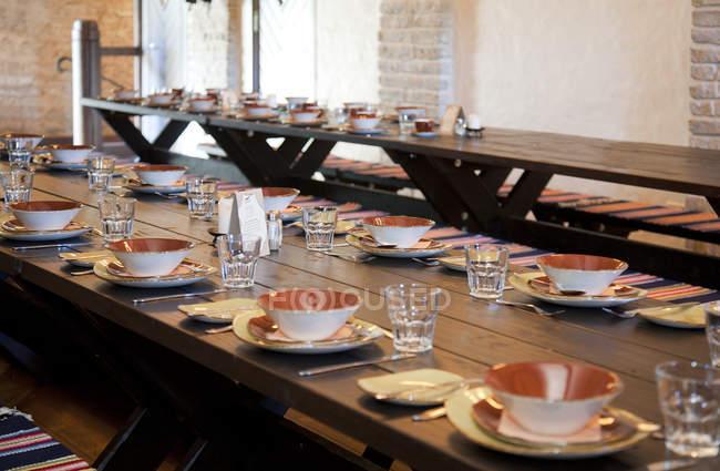 Longues tables de salle à manger de Vihula Manor, Vihula, Estonie — Photo de stock