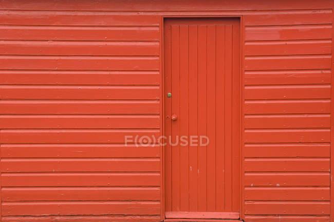 Червоний дерев'яний сарай з дверима, повний кадр — стокове фото