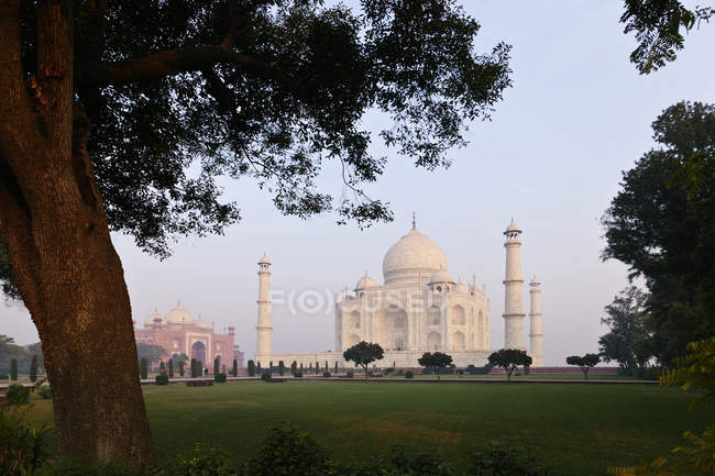 Тадж-Махал дворец в ландшафте Агры, Уттар-Прадеш, Индия — стоковое фото