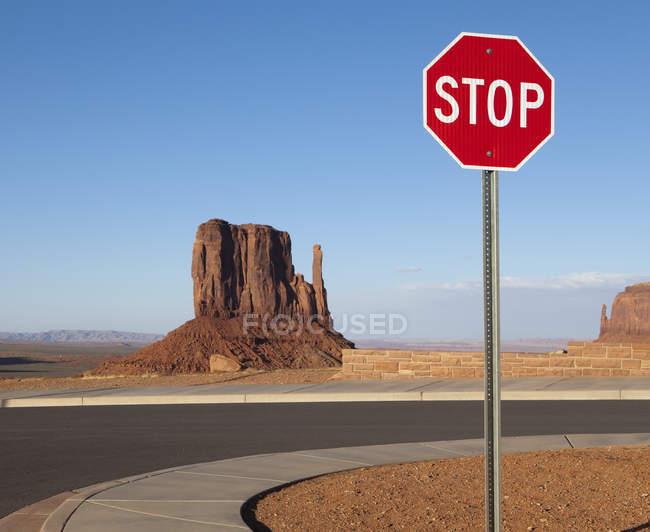Stop sign e Mesa rochas no deserto do Arizona, EUA — Fotografia de Stock