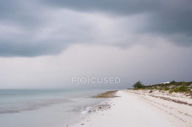 Playa de arena y paisaje marino de las Islas Turcas y Caicos - foto de stock
