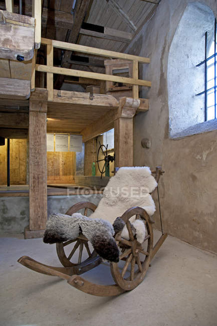Старий стиль гойдалки стілець Віхула садиби, Віхула, Естонія — стокове фото