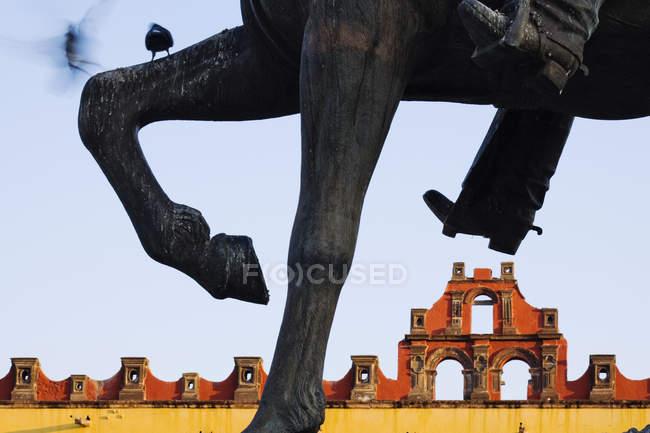 Верхова скульптура докладно з будівлею, Сан-Мігель де Альєнде, Гуанахуато, Мексика — стокове фото